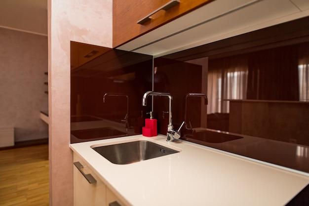 L'eau du robinet d'évier de cuisine dans la cuisine l'intérieur du kitc