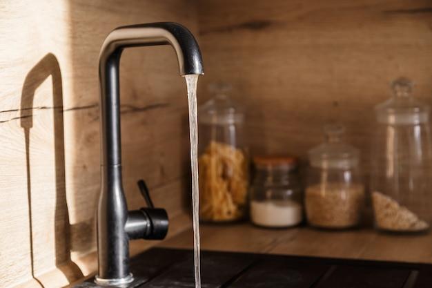 Eau et eau du robinet et du robinet