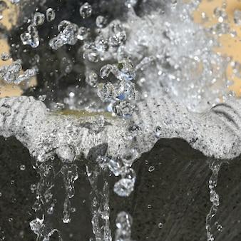 L'eau éclabousse dans la fontaine