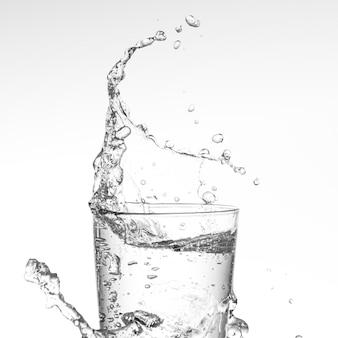 L'eau éclabousse du verre