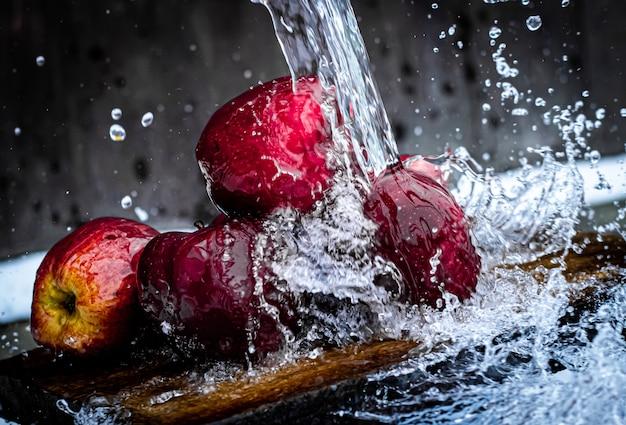L'eau éclabousse les pommes rouges
