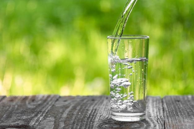 L'eau est versée dans un verre.