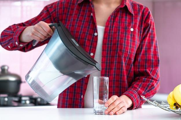 Eau filtrée fraîche du filtre à eau pour boisson. purification de l'eau à domicile