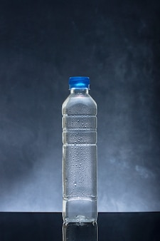 Eau fraîche froide dans une bouteille en plastique