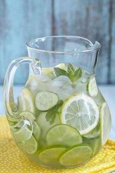 Eau de fruits dans un pichet en verre