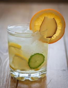 Eau glacée, citron, orange, racine de gingembre et concombre.