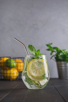Eau infusée au citron, gingembre et menthe dans un verre. fermer. boisson de désintoxication en bonne santé.