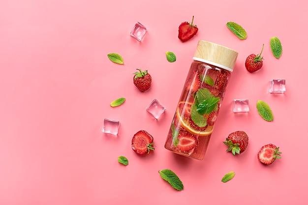 Eau infusée à la fraise, cocktail, limonade ou thé.