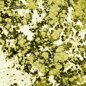 Eau jaune foncé colorée