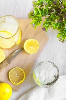Eau de limonade douce fraîche; couteau, bois et quelques plantes