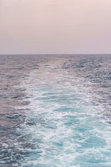 L'eau de mer bleue éclabousse les reflets du soleil.