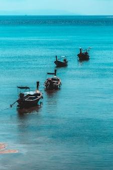 Eau de mer bleue avec mousse de mer