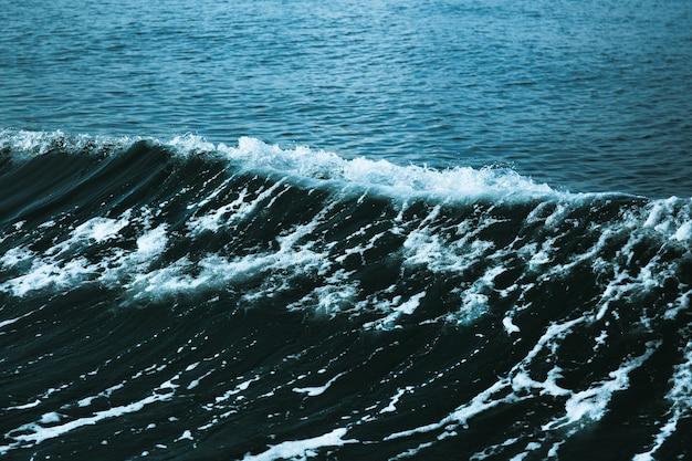 Eau de mer bleue avec vague blanche pour le fond.
