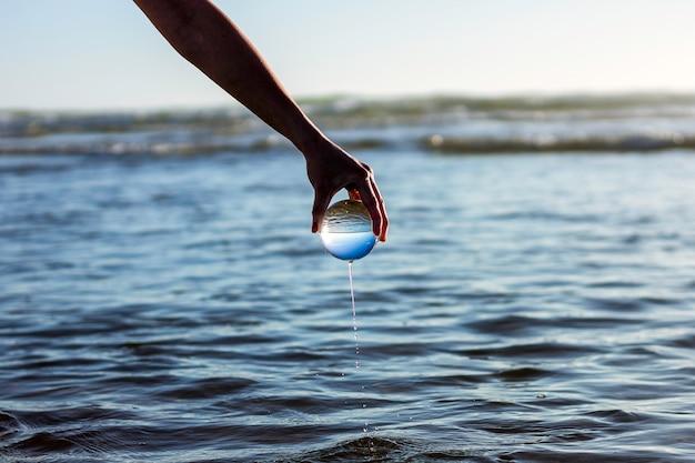 Eau de mer dégoulinant d'une sphère de verre