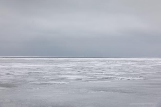 L'eau de mer gelée et ciel gris sur l'horizon