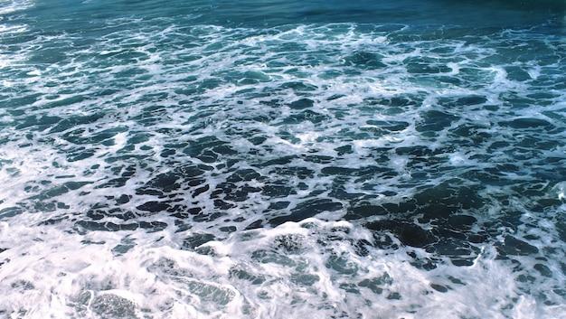 L'eau de mer mousse des vagues