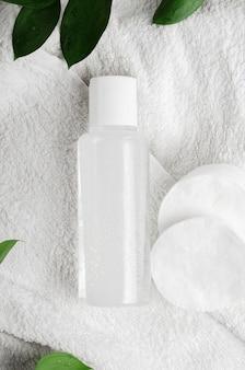 Eau micellaire et lotion dans des récipients en plastique