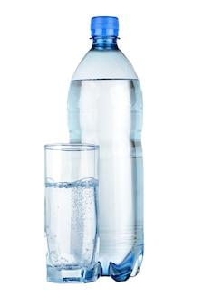 Eau minérale en bouteille et verre isolé sur blanc