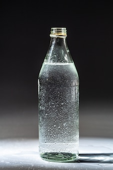 Eau minérale de source purifiée en bouteille