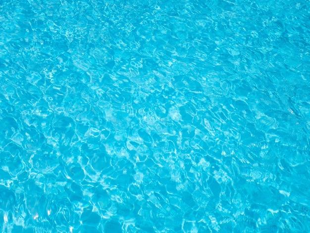 Eau ondulée bleue dans la piscine.