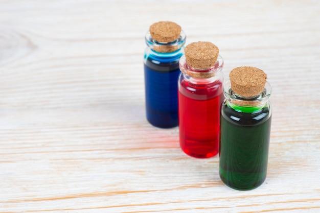 Eau parfumée aromatique dans des bouteilles en verre