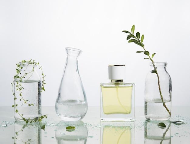 Eau parfumée et herbes sur une table miroir