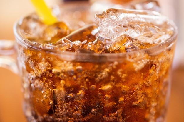 L'eau potable gazeuse sur la table pour boire