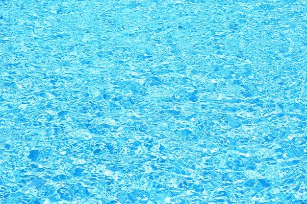 Eau propre bleue dans la piscine