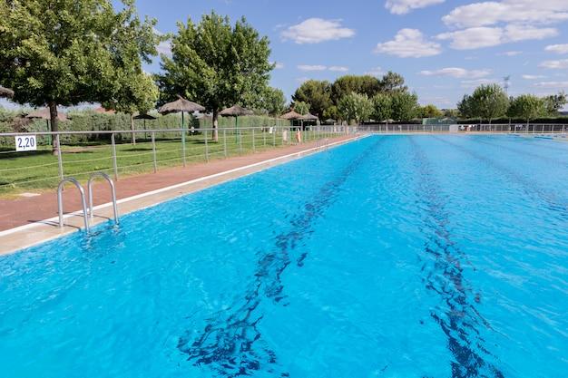 De l'eau propre dans une piscine bleue