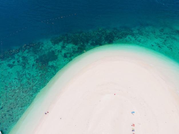 Eau propre émeraude et plage de sable blanc