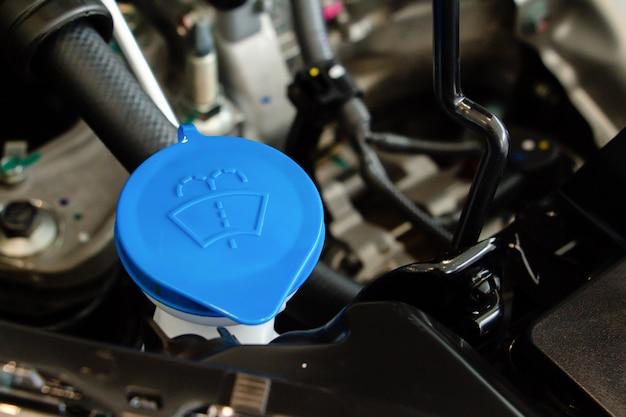 Eau de pulvérisation de nettoyage d'essuie-glace de voiture avec réservoir bouchon de bouteille bleu dans l'espace moteur de voiture