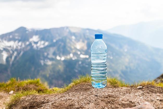 Eau pure dans des bouteilles en plastique sur la pierre