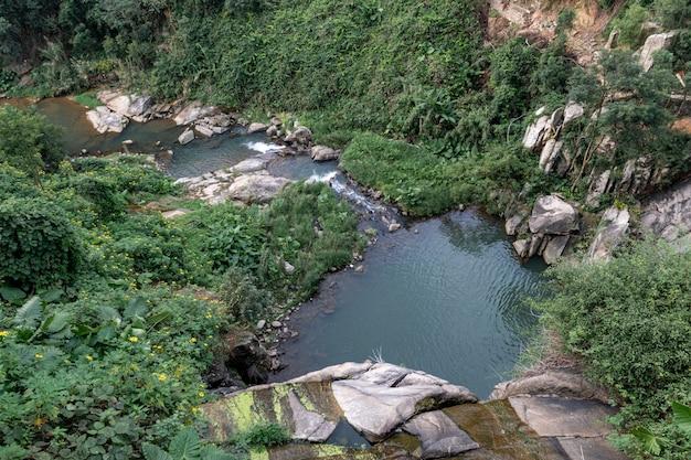 L'eau qui coule sur la pierre converge dans un ruisseau