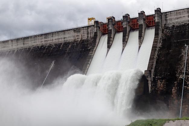 L'eau qui coule sur les vannes d'un barrage à khun dan prakan chon