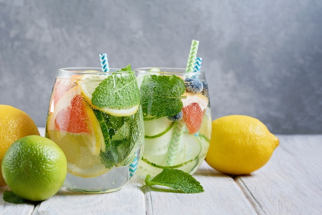 Eau rafraîchissante détox au concombre dans des verres