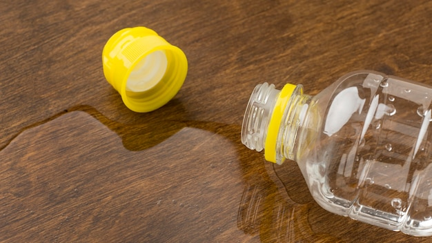 Eau renversée d'une bouteille avec bouchon