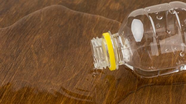 L'eau renversée d'un gros plan de bouteille