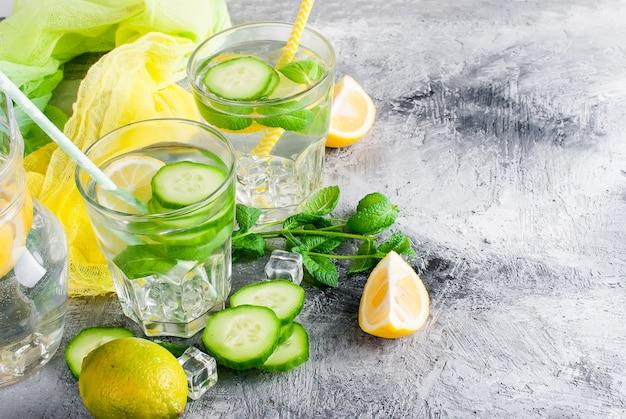 Eau de sassi aux agrumes en bonne santé avec citron et concombre