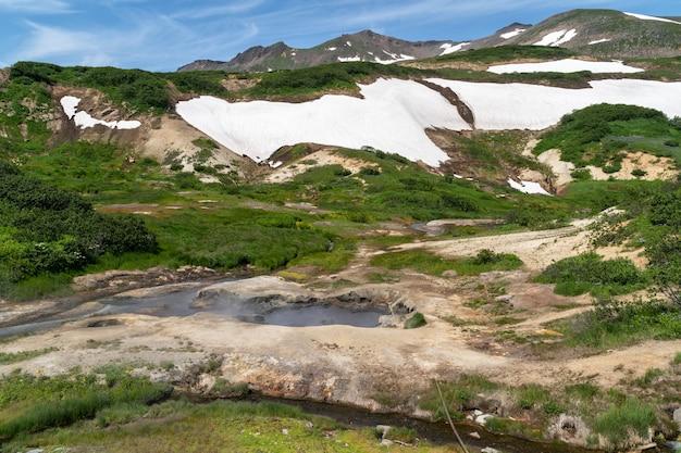 L'eau thermale naturelle chaude jaillit dans une vallée montagneuse de la péninsule du kamtchatka, en russie.