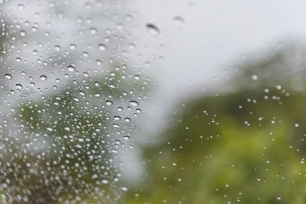 L'eau tombe de la vapeur de pluie sur le pare-brise de voiture après la pluie