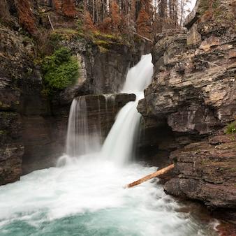 Eau, tomber, de, rochers, dans, a, forêt, st mary, chutes, glacier parc national, comté glacier, montana,