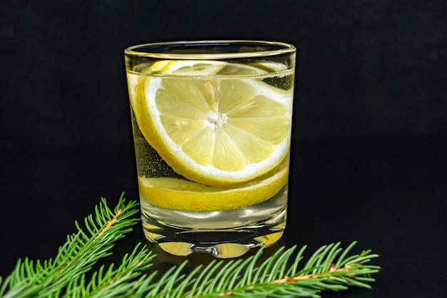 Eau avec des tranches de citron