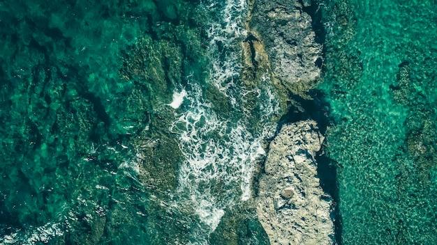 Eau transparente turquoise peu profonde avec des rochers, vue aérienne