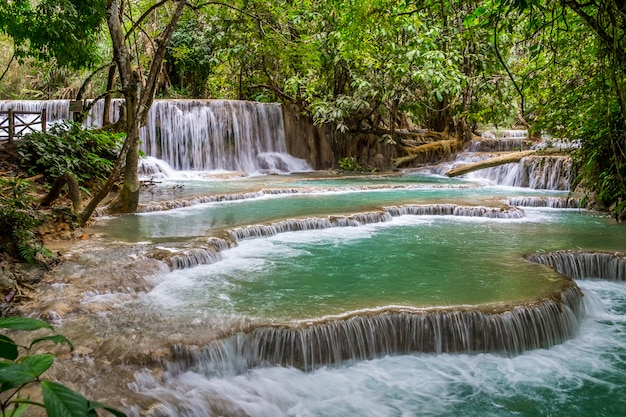 Eau turquoise de la cascade kuang si