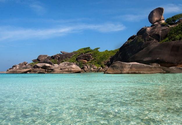 Eau Turquoise Claire Sur La Plage Des îles Similan Dans La Mer D'andaman. Photo Premium