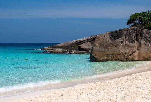 Eau turquoise claire sur la plage des îles similan dans la mer d'andaman.