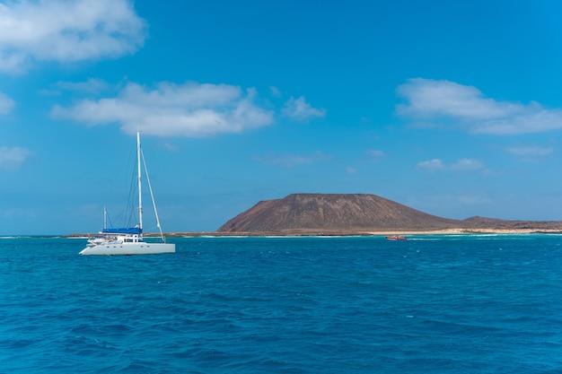 Eau turquoise sur isla de lobos, au large de la côte nord de l'île de fuerteventura, îles canaries. espagne