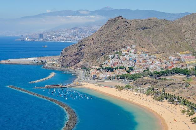 Eau turquoise et sable doré situé près du village de tenerife, espagne. vue sur la plage de las teresitas d'en haut.