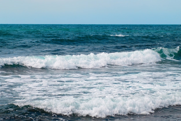 L'eau, les vagues et les nuages font tempête sur la mer