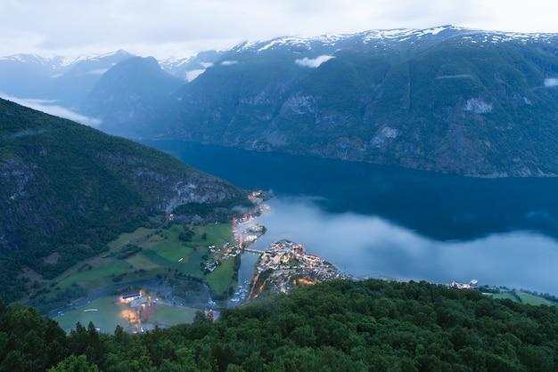Eaux d'aurlandsfjord, norvège